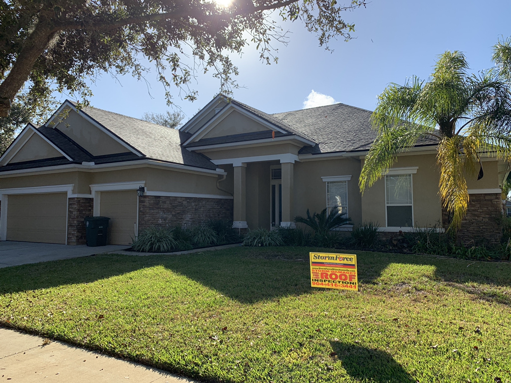Front facing house with new roof installed by Stormforce Jacksonville Roofing Contractor.